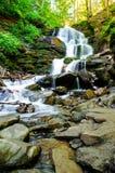 Cascada de la montaña Paisaje hermoso Fotografía de archivo libre de regalías