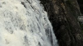 Cascada de la montaña, una primavera con agua clara, rocas de la montaña lavadas por el agua metrajes