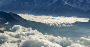 Cascada de la nube en las montañas Fotografía de archivo