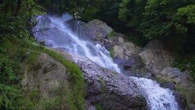 Cascada de la secuencia de la montaña metrajes