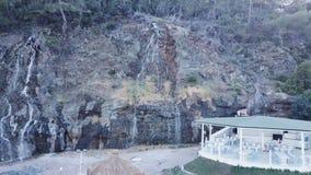 Cascada de la visión superior vídeo Una corriente del agua que fluye abajo Vista superior de la cascada de la roca foto de archivo libre de regalías
