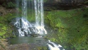 Cascada de la cascada y piedras marrones en primero plano almacen de video