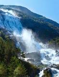 Cascada de Langfossen del verano (Noruega) Imagenes de archivo