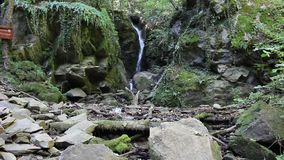 Cascada de Leshashki en la montaña de Belasitsa en Bulgaria sobre Petrich a la frontera con la altitud de Gortya a 900 metros almacen de video
