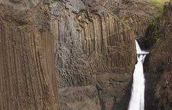 Cascada de Litlanesfoss y rocas basálticas en Islandia Imagen de archivo libre de regalías