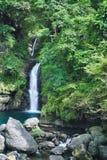 Cascada de Longfeng en Sunny Day, tiro en Xiao Wulai Scenic Area, distrito de Fuxing, Taoyuan, Taiwán Imagenes de archivo