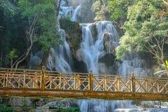 Cascada de madera de Tat Kuang Si del puente en Laos foto de archivo