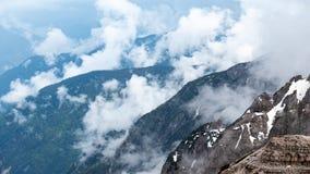 Cascada de montañas Paisaje hermoso Tiempo nublado Parque nacional Tre Cime, dolomías, el Tyrol del sur Italia foto de archivo