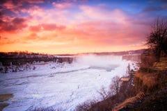 Cascada de Niágara el la estación del invierno imagenes de archivo