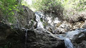 Cascada de piedra de la montaña con agua cristalina almacen de video