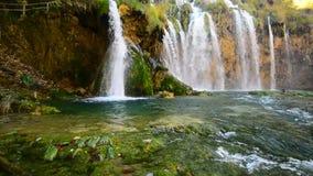 Cascada de Plitvice en la cantidad del tiempo del otoño, Croacia