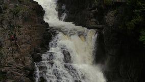 Cascada de Sainte Anne del barranco Gente que se desliza en el acantilado metrajes
