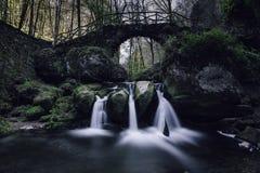 Cascada de Schiessentuempel en Luxemburgo Foto de archivo