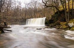 Cascada de Sgwd Ddwli Uchaf En el río Nedd Fechan el Sur de Gales  Foto de archivo