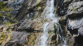 Cascada de Shirlak en las montañas de Altai de las rocas almacen de metraje de vídeo