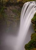 Cascada de Skogafoss en la pieza del viento del sur de Islandia Fotos de archivo libres de regalías