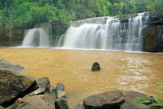 Cascada de Sridith, cascada del paraíso en selva tropical tropical Imágenes de archivo libres de regalías