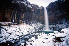 Cascada de Svartifoss en invierno Fotos de archivo libres de regalías