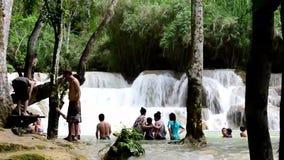 Cascada de Tat Kuang Si en Laos almacen de video