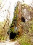 Cascada de un acantilado con la gruta fotografía de archivo