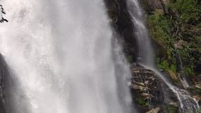 Cascada de Wachirathan en el parque nacional de Doi Inthanon en Chiang Mai, Tailandia almacen de metraje de vídeo