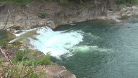 Cascada de Yang Bay, Vietnam Corrientes de arriba hacia abajo almacen de video