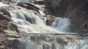 Cascada de Yang Bay, Vietnam Corrientes de arriba hacia abajo metrajes