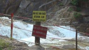 Cascada de Yang Bay Vietnam Rápidos de la cascada la etiqueta, nadando se prohíbe almacen de metraje de vídeo