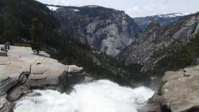 Cascada de Yosemite en las montañas Imagenes de archivo