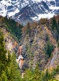 Cascada debajo de la montaña de la nieve imagen de archivo libre de regalías