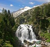 Cascada debajo del pico de Aneto y glaciar Foto de archivo