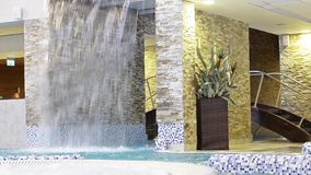 Cascada decorativa - el agua cae abajo almacen de video