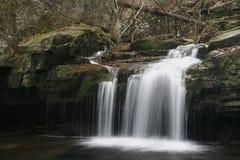 Cascada del agua en la cala de Satina imagenes de archivo