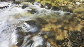 Cascada del agua entre las rocas Foto de archivo libre de regalías