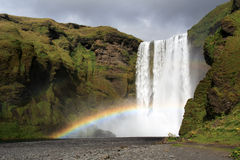 Cascada del arco iris de Skogafoss Imagenes de archivo