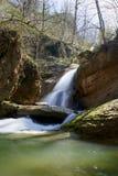Cascada del invierno en un río de la montaña, río de Mishoko fotografía de archivo