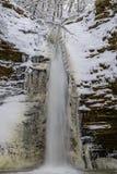 Cascada del invierno en un río de la montaña, río de Rufabgo Foto de archivo libre de regalías