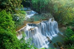 Cascada del kamin de los mae de Huay en la nación de la presa del nakarin de Sri Foto de archivo