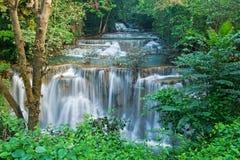Cascada del kamin de los mae de Huay en la nación de la presa del nakarin de Sri Imágenes de archivo libres de regalías