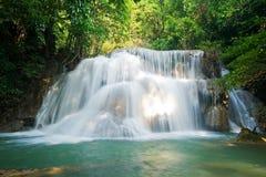 Cascada del kamin de los mae de Huay en la nación de la presa del nakarin de Sri Imagen de archivo