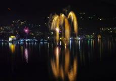 Cascada del oro de los fuegos artificiales del ` s Eve del Año Nuevo Foto de archivo libre de regalías