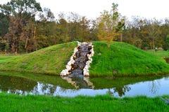 Cascada del paisaje del jardín Fotos de archivo libres de regalías