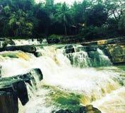 Cascada del paisaje Las rocas grandes partieron el agua en fluir del río el fluir de la naturaleza de la cascada imagen de archivo libre de regalías