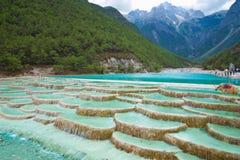 Cascada del río del agua blanca en Lijiang China Imagen de archivo