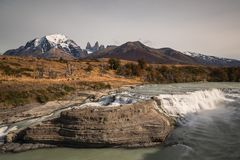 Cascada-del Rio Paine an Nationalpark Torres Del Paine Stockfotos