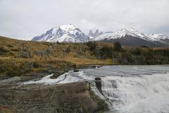 Cascada delRio Paine vattenfall i den Torres del Paine nationalparken, Patagonia, Chile Arkivbilder