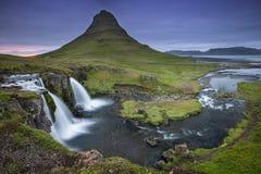 Cascada dos y mountaine salvajes en Islandia en el tiempo crepuscular foto de archivo libre de regalías