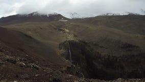 Cascada en barranco en lapso de tiempo del volcán almacen de metraje de vídeo