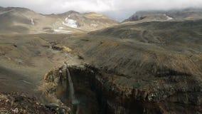 Cascada en barranco peligroso cerca del volcán de Mutnovsky en Kamchatka metrajes