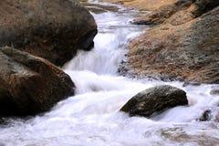 Cascada en bosque profundo en el fondo del parque nacional Fotos de archivo